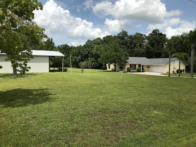 5 Acre Quiet Retreat 2 miles from UCF 3/2 Home