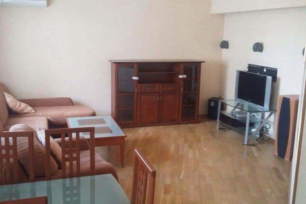 Зона гостиной с раскладывающимся диваном и креслом