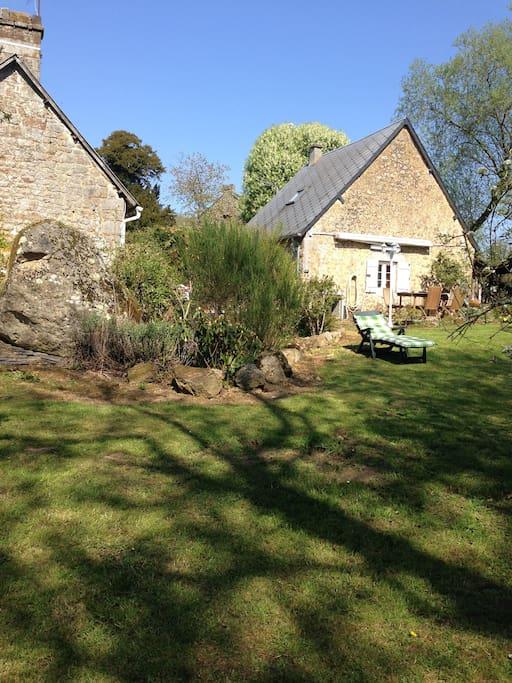 Bas du jardin avec vue des 2 maisonnettes