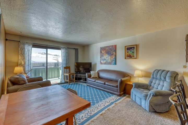 Mountain view condo w/ a shared pool, hot tub, Ping-Pong, & pool table