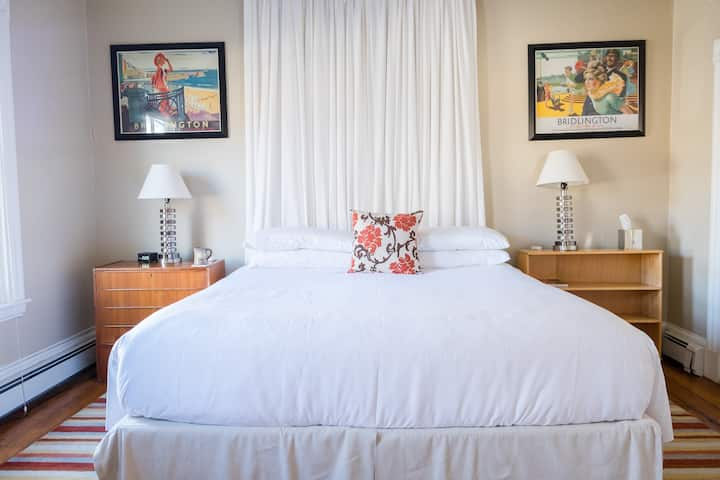 Charming King Suite Room - Woods Hole Inn