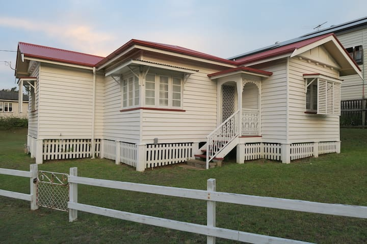 St Cath's Cottage, Holiday by the Bay - Wynnum - Hus