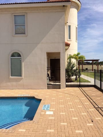 CONDOMINIUM WITH POOL, GREEN AREAS - McAllen - Apartment