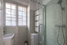 Salle de bain avec WC séparé.