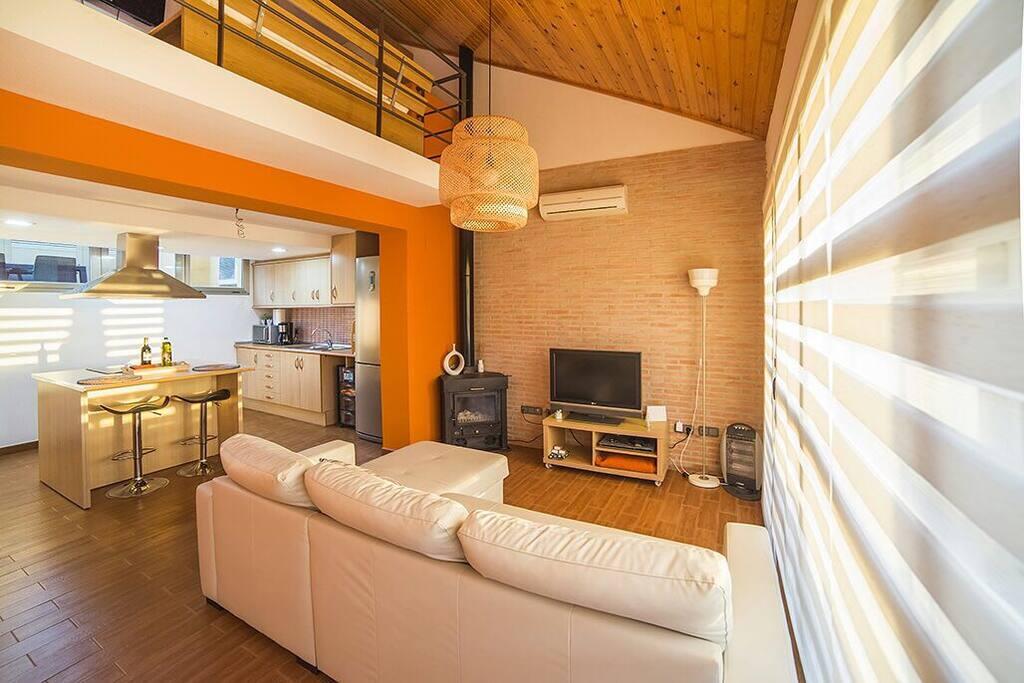 Salón amplio con televisión y chimenea