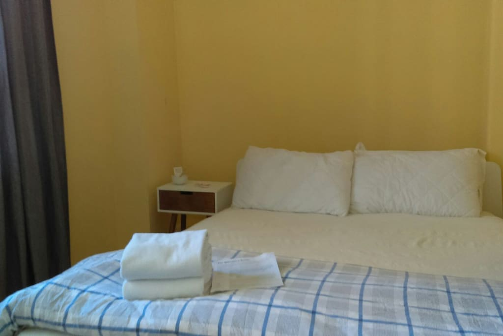 Wimmera room small room w queen bed the basics for Zetapark small room for rent