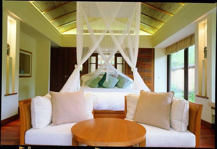 传统客家建筑风格:夯土墙、青黃瓦,竹子,几近落地的玻璃窗临溪而建