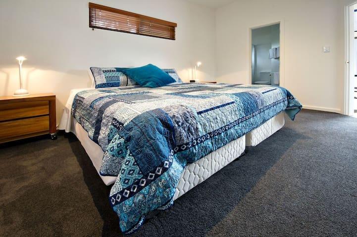 King bedroom with en-suite & walk in robe
