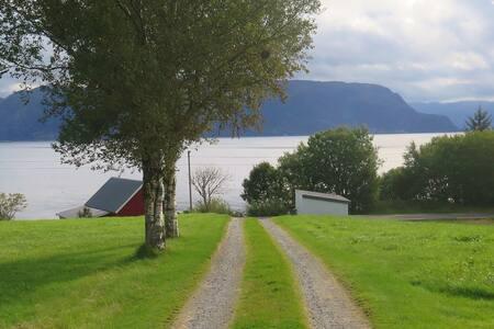 Elvetunet, heimekoselig hus ved fjorden.