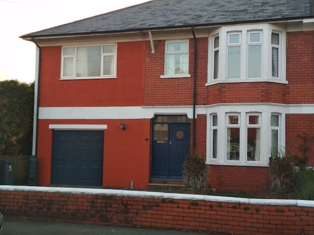 6 person house in North Cardiff