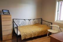 Bedroom 3: Single bed