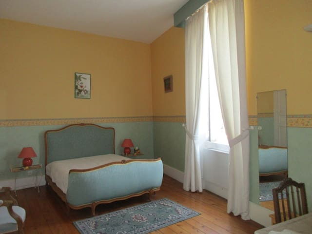 Grande chambre dans  maison de maître et piscine - Aiguillon - Pousada