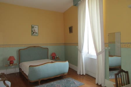 Grande chambre dans  maison de maître et piscine - Aiguillon