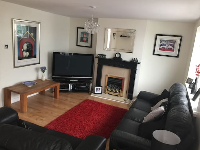 Lovely double room 20 mins to airport & Centre