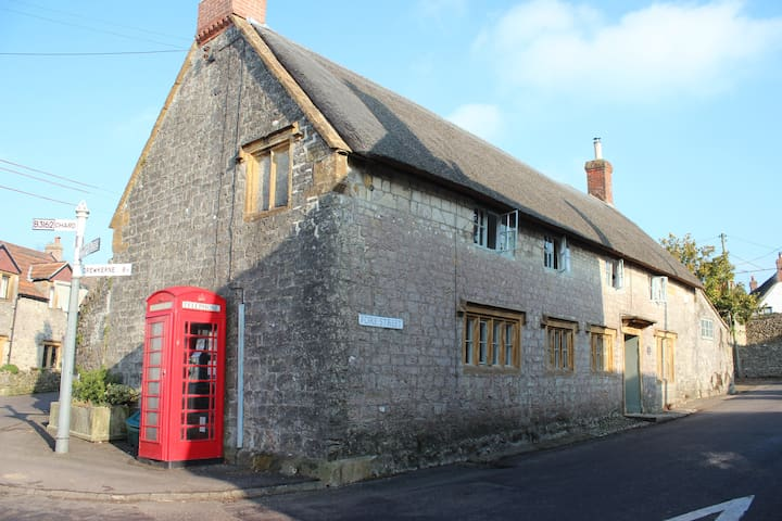 Thatched old Farmhouse, sleeps 4
