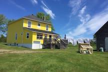 Vue arrière de la maison jaune