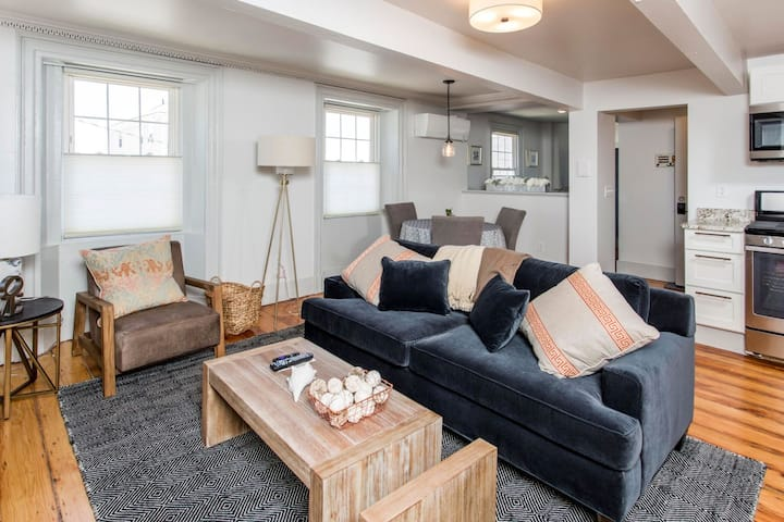 Urban Chic Furnished 2 Bed 2 Bath at the Top of High Street Overlooking the Port