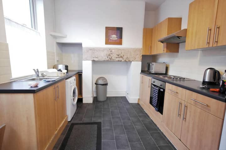 A Spacious 5 Bedroom House With a Driveway
