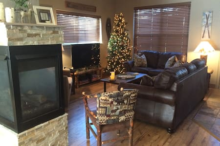 Townhouse: private hot tub walk to town/nr gondola