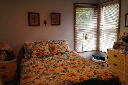 Quiet bedroom in SE Fort Collins - Fort Collins
