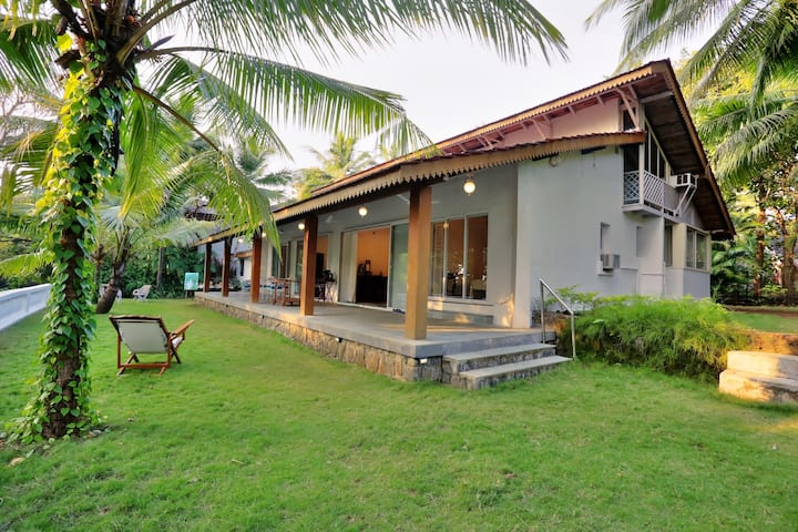 """La Mer"" Gorgeous  Getaway Home near Kashid Beach"