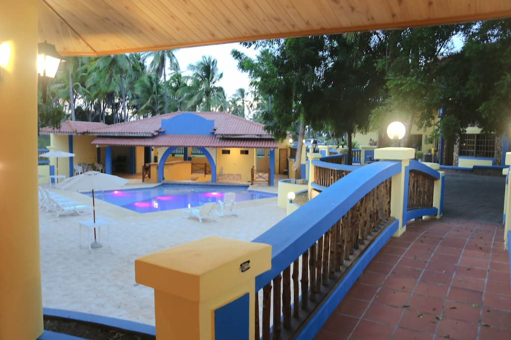 El àrea social exclusiva para los huéspedes cuenta con piscina, bar, baños individuales y duchas **Exclusive social area for guests. it has a pool, bar and individual bathrooms and showers.