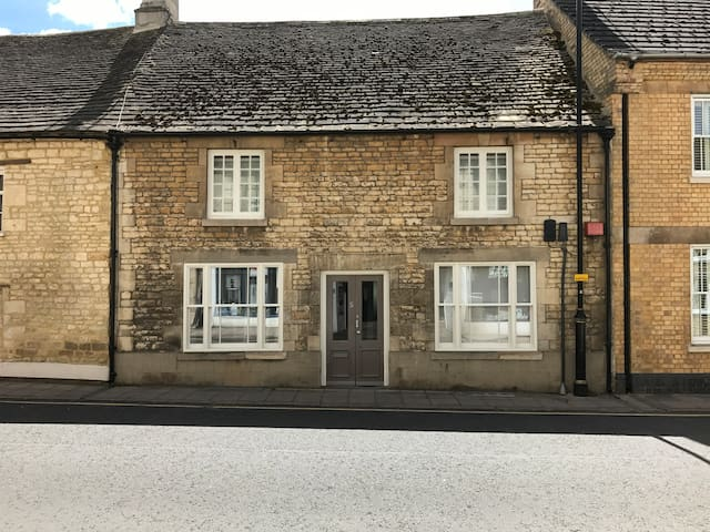 5 bedroom Central Stamford Stone Townhouse