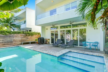 Miami Abode - Private & Sanitized, perfect for working from home. Private Pool, Pet Friendly. Super-host support.