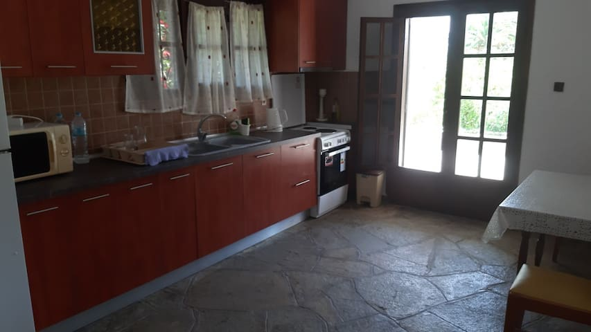 Fully equipped ground floor kitchen (photo taken in May 2019)/Полностью оборудованная кухня на первом этаже (Фото сделано в мае 2019).