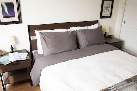 Private bed & bath! YK's Diamond! - Yellowknife - Квартира