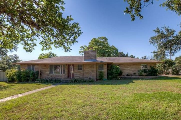 Home sitting on 2 acres of park like setting. - New Braunfels - Talo