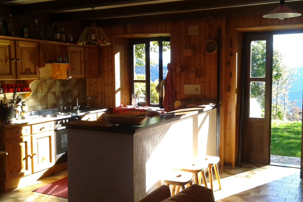 Cucina ed ingresso dal giardino.