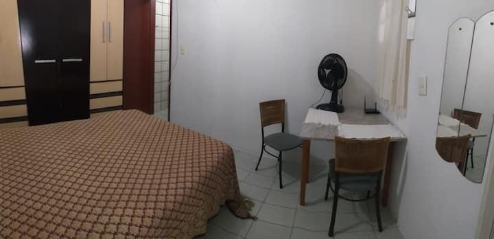 Kitinete com cozinha, quarto e banheiro privativo.