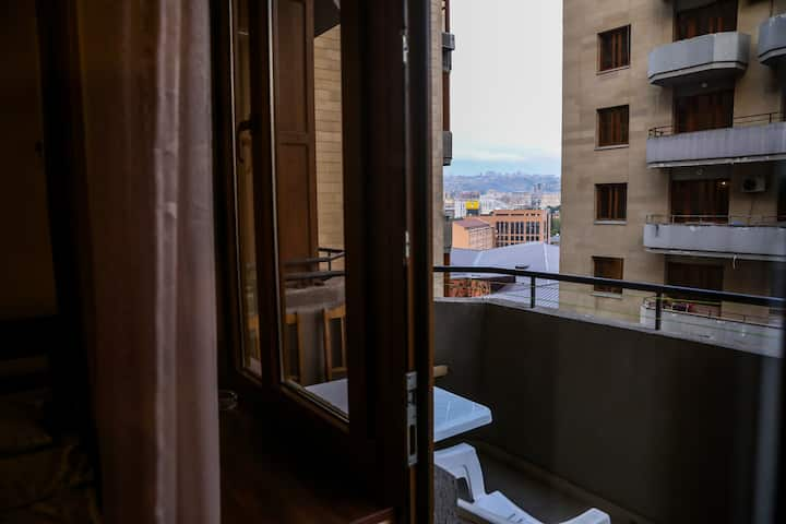 Уютная квартира с балконом в центре Еревана 2-4чел
