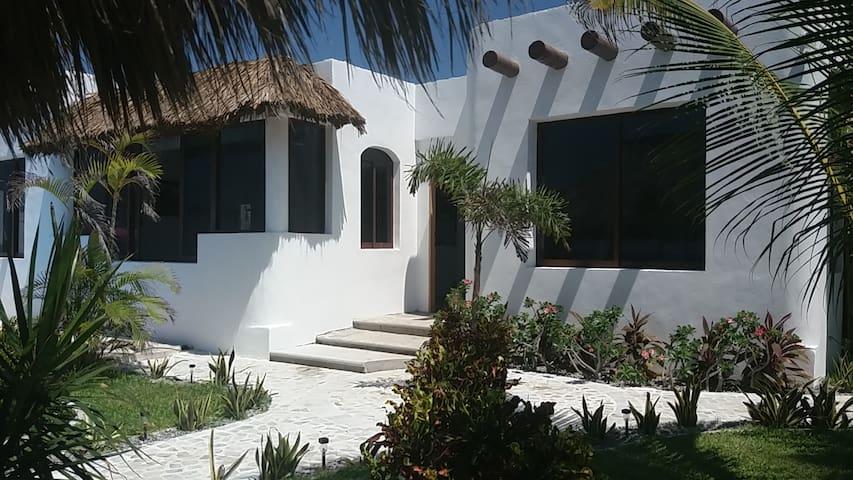Villa Paraiso.  A pie de playa.