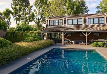 Buytenhuis met zwembad