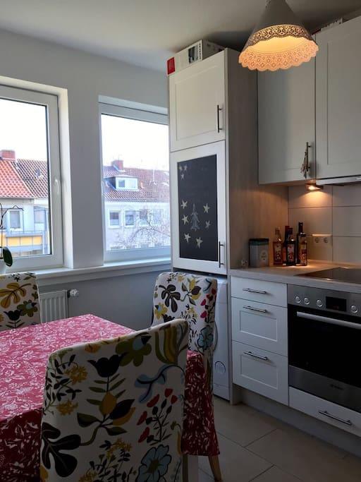 Blick in die Küche (WaMa unter Kühlschrank)