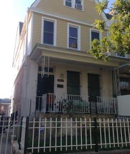 Sunny Room In Hip Neighborhood - Washington - House
