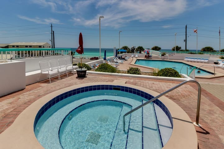 Beautiful resort condo w/ a shared pool, hot tub, tennis, gym, & beach access