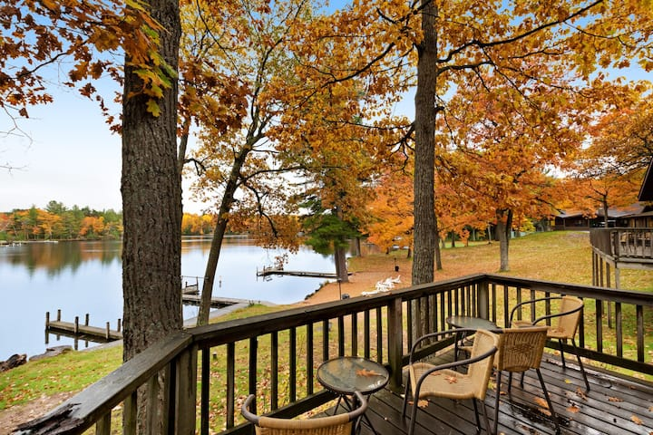 Cozy cabin w/ shared dock, tennis court, private deck & lake views - dogs OK