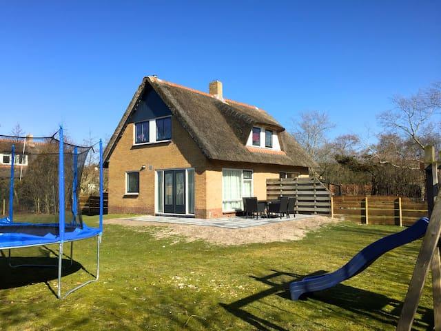 5p rietgedekt huis afgesloten tuin met trampoline! - Ballum - Hus