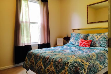 cozy bedroom with kitchen and wifi! - Germantown