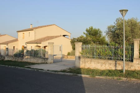 Large villa with pool and garden - Collias - House