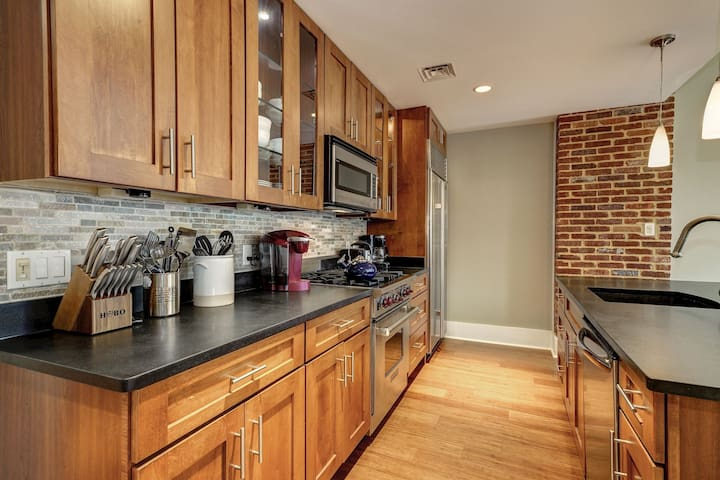 Beautiful 2BD condo. Metro and Parking