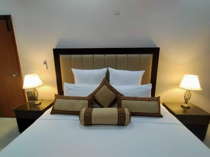 Grand Luxury Gulberg Hotel