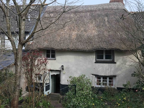 Characterful, grade 2 listed, thatched cottage