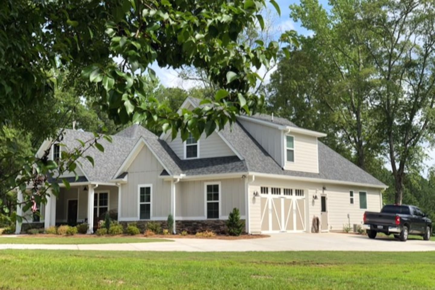 Honey Hill Farm!  Conveniently located: *25 minutes from Hartsfield-Jackson Atlanta Int'l Airport *15 minutes from Pinewood Studios, the Atlanta Motor Speedway or Senoia (filming site of The Walking Dead)