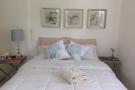 PRIVATE STUDIO/ROOM WITH PARKING - Coral Gables - House