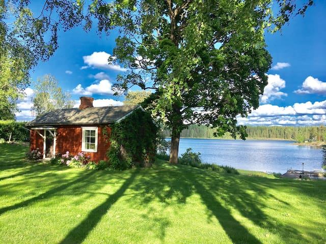 Cozy cottage by lake Glafsfjorden