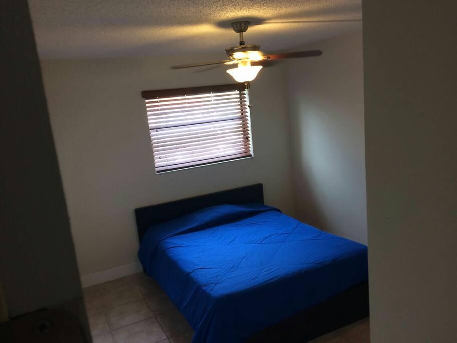 Aire acondicionado central, ventilador de techo y habitación iluminada.